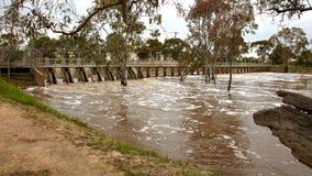 Overstroomde rivier over waterkering royalty-vrije stock foto's