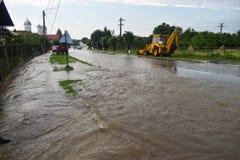 Overstroomde stadsstraat na onweersbui De weg en de stoep zijn behandeld met water na de massieve regen De vloed maakt royalty-vrije stock afbeeldingen