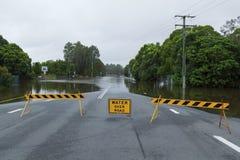 Overstroomde weg Stock Foto