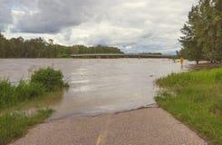 Overstroomde Weg bij het Park van de Vissenkreek Royalty-vrije Stock Foto's