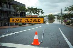 Overstroomde weg in Brisbane en Weg Gesloten teken Royalty-vrije Stock Afbeeldingen