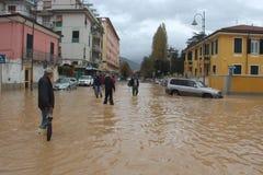 Overstroomde woonwijken in Marina di Carrara en redding Royalty-vrije Stock Afbeelding