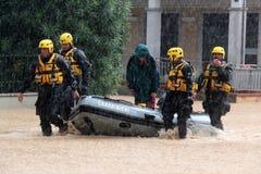 Overstroomde woonwijken in Marina di Carrara en redding Stock Fotografie