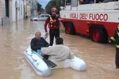 Overstroomde woonwijken in Marina di Carrara en redding Stock Afbeeldingen