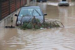 Overstroomde woonwijken in Marina di Carrara en redding Stock Afbeelding