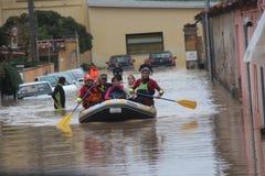 Overstroomde woonwijken in Marina di Carrara en redding Royalty-vrije Stock Foto