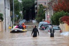 Overstroomde woonwijken in Marina di Carrara en redding Royalty-vrije Stock Foto's