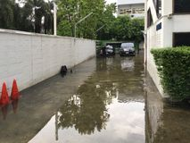 Overstroomde yard in Bangkok na regen royalty-vrije stock foto's