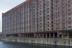 Overtollig pakhuis op de waterkant van Mersey stock foto