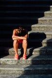Overtraining de souffrance d'athlète féminin images libres de droits