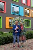 Overtreft het elegant geklede bejaarde paar die onder een paraplu lopen Stock Afbeelding