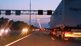 Overvallend een vrachtwagen op de weg, auto het drijven bij zonsondergang, wegen van Europa, Nederland, 6 augustus, 2019 stock footage