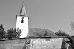 overview Église saxonne médiévale enrichie dans Bruiu - Braller, une commune dans le comté de Sibiu, la Transylvanie, Roumanie photos stock