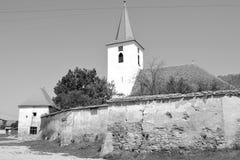 overview Igreja saxona medieval fortificada em Bruiu - Braller, uma comuna no Condado de Sibiu, a Transilvânia, Romênia imagem de stock
