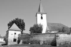 overview Igreja saxona medieval fortificada em Bruiu - Braller, uma comuna no Condado de Sibiu, a Transilvânia, Romênia foto de stock royalty free