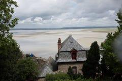 Overviewing Umgeben des Touristen von malerischem Mont Saint Mich Stockfotografie