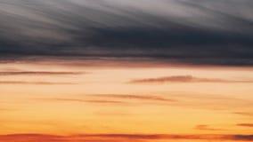 Overvloed van exemplaarruimte Heldere Dramatische Hemel met Kleurrijke Wolken Gele, Oranje en Magenta Kleuren stock video