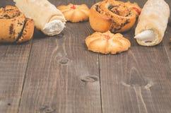 overvloed van gebakjes op een donkere houten achtergrond/overvloed van gebakjes op een donkere houten achtergrond met exemplaarru stock fotografie