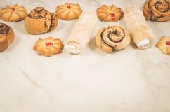 overvloed van gebakjes op een witte achtergrond/overvloed van gebakjes op een witte achtergrond, exemplaarruimte stock fotografie
