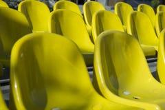 Overvloed van gele plastic zetels Stock Afbeelding