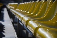 Overvloed van gele plastic zetels Royalty-vrije Stock Afbeeldingen