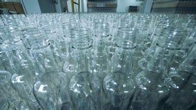 Overvloed van ongevulde glasflessen in een fabriek stock video