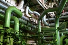 Overvloed van pijpleidingen bij een industriële fabriek Stock Fotografie