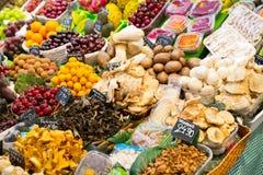 Overvloed van vruchten en groenten stock afbeeldingen