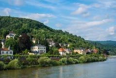 Overvloed van woonhuizen bij de helling bij de dijk van de rivier van Neckar op het centrum van Heidelberg stock afbeelding