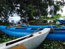 Overvloedige boten in een meer, regenachtig seizoen stock foto