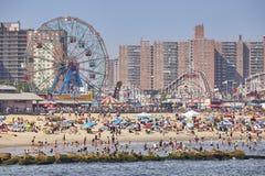 Overvol Coney Island-strand en pretpark op een warme, wazige dag royalty-vrije stock afbeeldingen