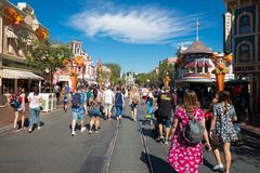 Overvol Disneyland Themapark stock foto