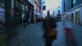 Overvol gebied in de oude stad van Kopenhagen, mensen die op voetstraat, reis lopen stock footage