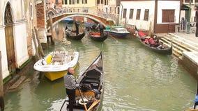 Overvol kanaal in Venetië met gondels stock video