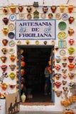 Overvol kleurrijk die aardewerk op winkelingang in Frigiliana, Spanje wordt getoond Royalty-vrije Stock Foto