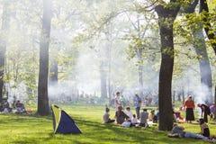 Overvol park met mensen die barbecue doen Stock Foto