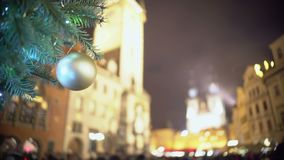 Overvol stadsvierkant op Kerstavond, mensen die van de atmosfeer van de de wintervakantie genieten stock footage