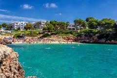 Overvol strand Cala Esmeralda in Cala D ` of, Mallorca tijdens zomer stock fotografie