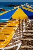 Overvol strand met zonparaplu's en stoelen die op toeristen, betaald de dienst op stranden wachten stock afbeeldingen