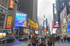 Overvol van toerist het lopen in Times Square met LEIDENE tekens Stock Foto