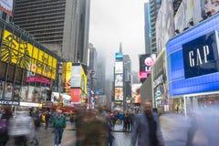 Overvol van toerist het lopen in Times Square met LEIDENE tekens Stock Fotografie