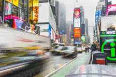 Overvol van toerist het lopen in Times Square met LEIDENE tekens Royalty-vrije Stock Fotografie