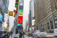 Overvol van toerist het lopen in Times Square met LEIDENE tekens Stock Foto's