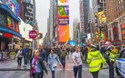 Overvol van toerist het lopen in Times Square met LEIDENE tekens Stock Afbeeldingen