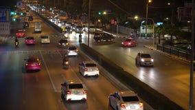Overvol verkeer op kruising op de bezige straat in het bedrijfsdistrict Autoverkeer tijdens spitsuur bij nacht binnen stock video