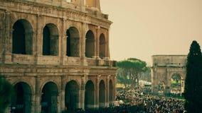 Overvol vierkant dichtbij beroemde Colosseum of Coliseum amphitheatre in Rome, Italië royalty-vrije stock afbeelding