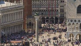 Overvol vierkant van oude stad met kolom in midden, leeuwbeeldhouwwerk bovenop het stock videobeelden