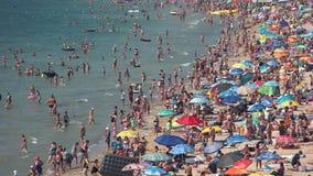 Overvol zonnig strand stock footage