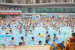 Overvol zwembad royalty-vrije stock fotografie