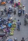 Overvolle, bezige scène bij markt Stock Foto's